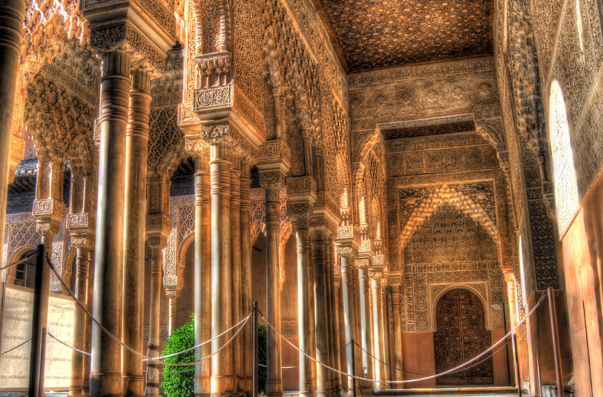 alhambra_-_patio_de_los_leones_
